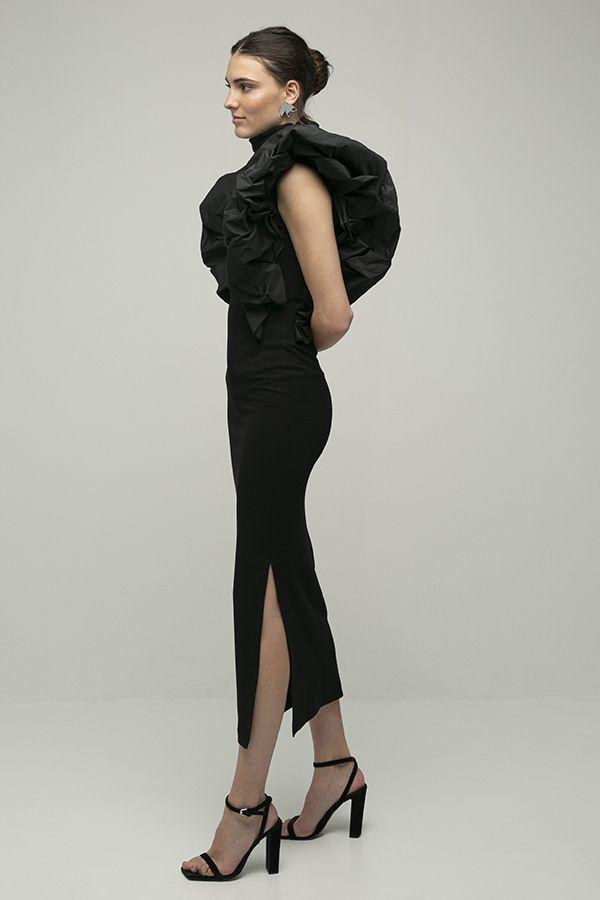 alquiler de vestido midi de fiesta Coco negro manga hombro abullonado con apertura de Encinar 2