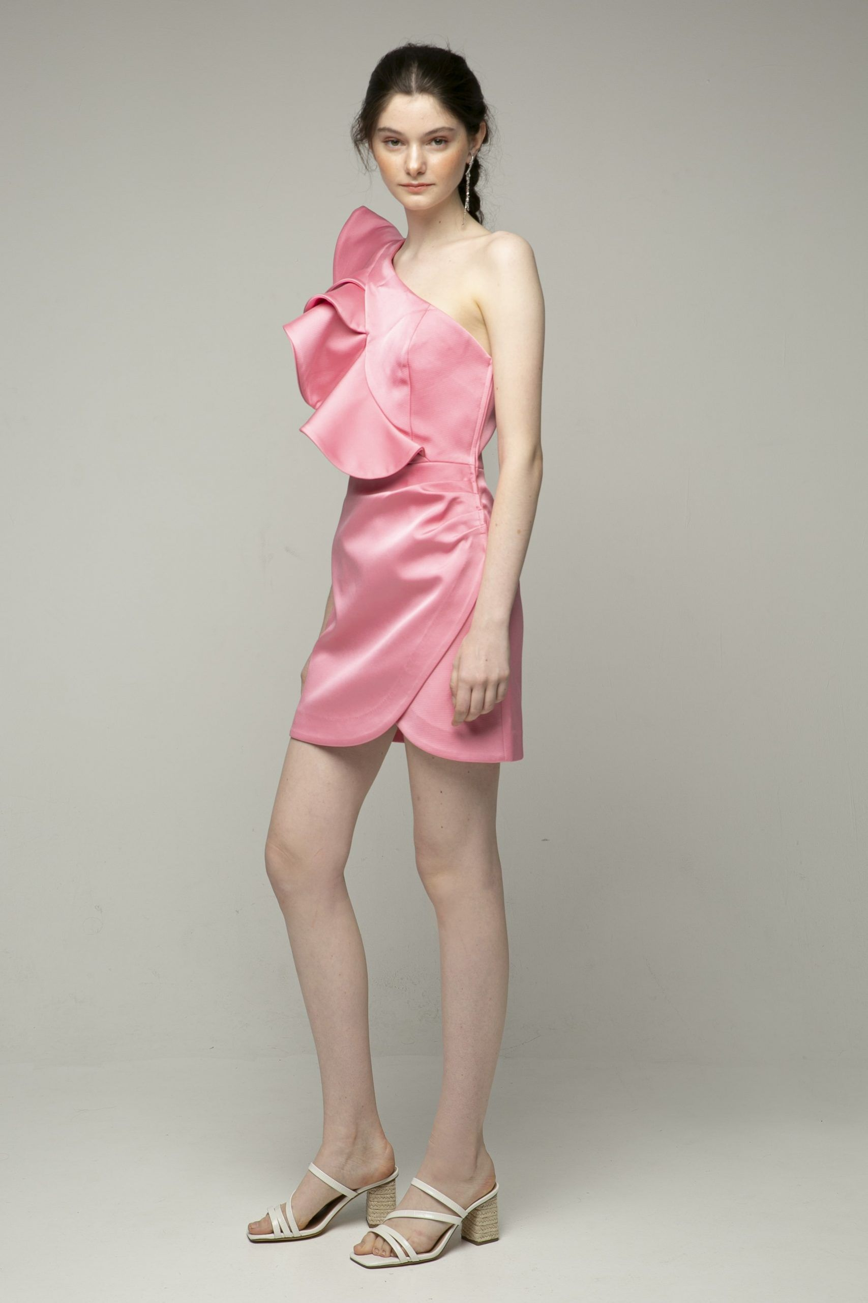 keepsake-resolve-vestido-rosa-corto-volumen-un-hombro-2