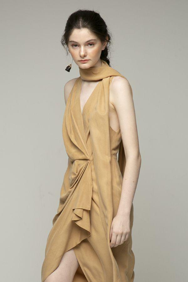 Acler-Daleside-vestido-midi-beige-frunce-cintura-4